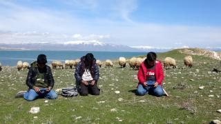 Hem çobanlık yapıyorlar hem ders çalışıyorlar