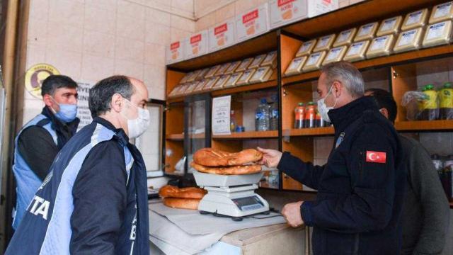 Erzurumda zabıta ekipleri fırınlarda ekmek gramajı, hijyen ve Covid-19 denetimi yaptı