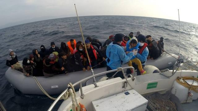 Türk kara sularına itilen 54 düzensiz göçmen kurtarıldı