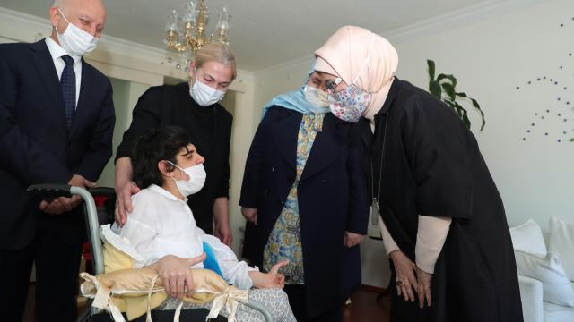 Emine Erdoğandan bedensel engelli gençler ve ailelerine ziyaret