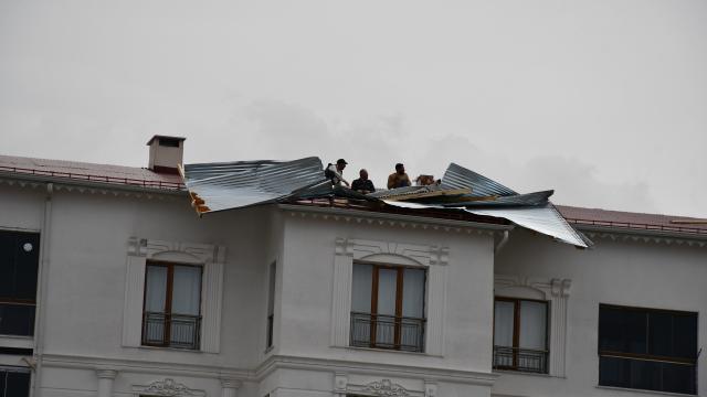 Sivasta şiddetli rüzgar, binanın çatısına zarar verdi