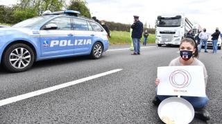 İtalya'da COVID-19 tedbirleri protesto ediliyor