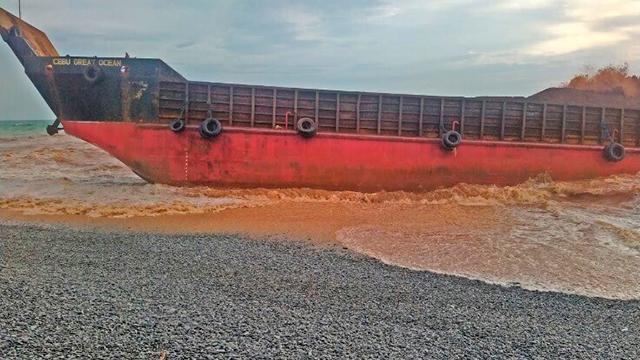 Filipinlerde kargo gemisi karaya oturdu: 4 ölü, 9 kayıp