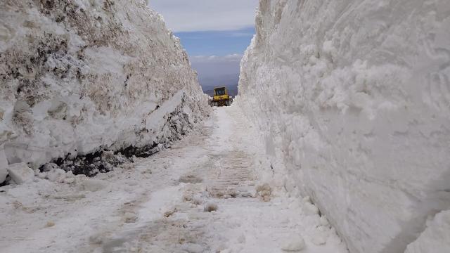 Nisan ayının sonlarında 8 metre karla mücadele sürüyor