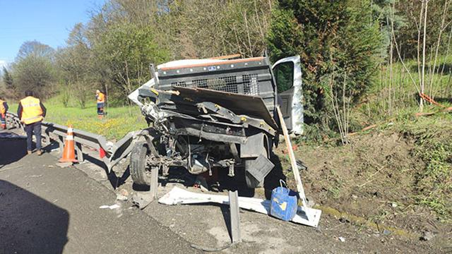 Karayolları kamyoneti bariyere çarptı: 1 ölü, 1 yaralı