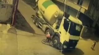 Bisikletli çocuk ölümden kıl payı kurtuldu