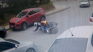 Kurye otomobilin altında kalmaktan son anda kurtuldu