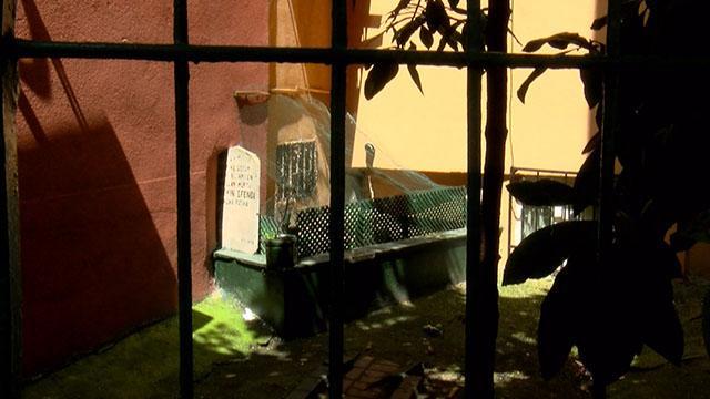 Üzerine bina inşa edilen mezar görenleri şaşkına çeviriyor