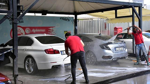 İzmirde çamur yağdı, sürücüler soluğu oto yıkamacılarda aldı
