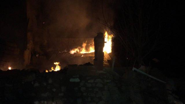 Sivasta yangın: 1 ev, samanlık ve ahır kullanılamaz hale geldi