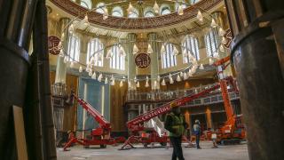 Yapımı devam eden Taksim Camii'nin dev avizesi takıldı