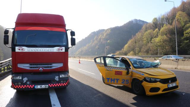 Anadolu Otoyolunda tırla çarpışan taksinin sürücüsü yaralandı