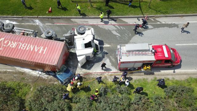 Bursada devrilen tırın dorsesinin altında kalarak alev alan otomobilin sürücüsü öldü