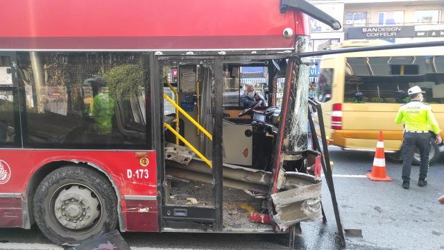 Beşiktaşta bariyerlere çarpan çift katlı otobüsteki bir yolcu hayatını kaybetti