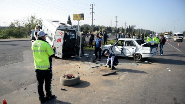 Kahramanmaraşta minibüs ile otomobil çarpıştı: 1 ölü, 1 yaralı