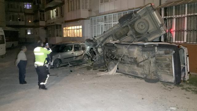 Konyada alkollü sürücünün kullandığı pikap önce 2 araca, ardından apartmana çarptı