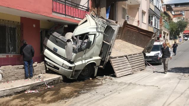 İzmirde bir deponun ardından da apartmanın duvarına çarpan kamyonun şoförü yaralandı