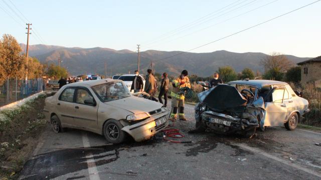 İzmirde iki otomobil çarpıştı: 3 yaralı