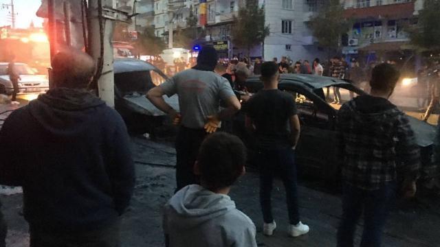Diyarbakırda trafo patladı: 2 araç yandı