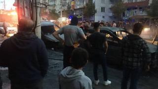 Diyarbakır'da trafo patladı: 2 araç yandı