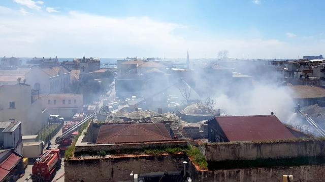 İstanbulda kimyasal maddelerin bulunduğu depoda yangın