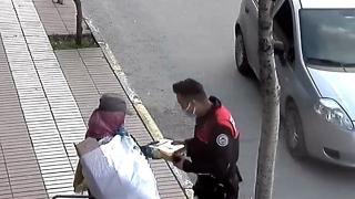 Polisten kağıt toplayan anne ve çocuğuna örnek paylaşım