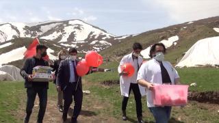 Doktorlar köy köy dolaşıp çocukların bayramını kutladı