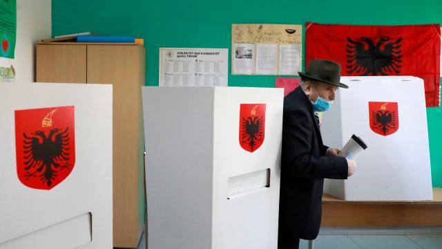 Arnavutlukta halk genel seçim için sandık başında