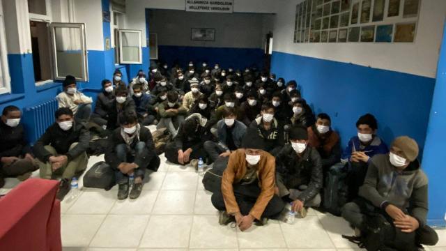 14 kişilik minibüsten 68 düzensiz göçmen çıktı