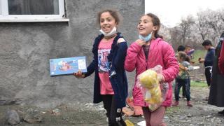 Köy köy dolaşıp çocuklara hediye dağıttılar