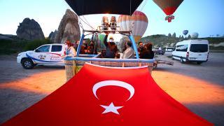 Balonlar Türk bayrakları ve Atatürk posteri ile uçtu