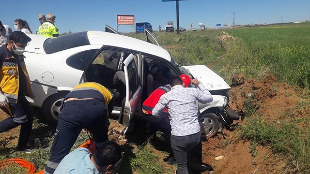 Şanlıurfada otomobil şarampole devrildi: 5 yaralı