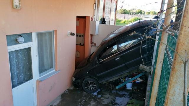 Silivride otomobil evin bahçesine düştü