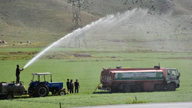 Batman Ovasını kuraklık vurdu: Çiftçi tarlasını tankerle suluyor