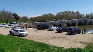 Ziyarete kapalı nehir kenarında vakit geçirenler uzaklaştırıldı