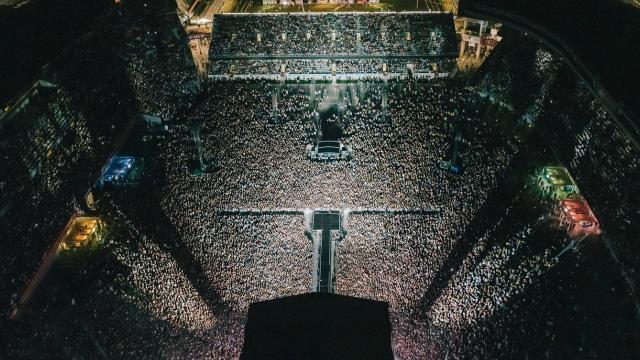 Yeni Zelandada 50 bin kişilik sosyal mesafesiz konser