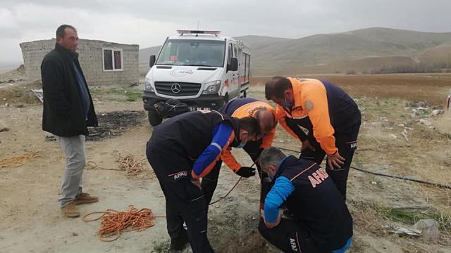 Niğdede boş su kuyusuna düşen kuzuyu AFAD ekipleri kurtardı