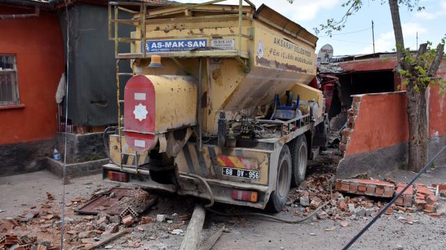 Aksarayda freni boşalan kamyonun çarpması sonucu duvarı yıkılan evdeki çocuk yaralandı