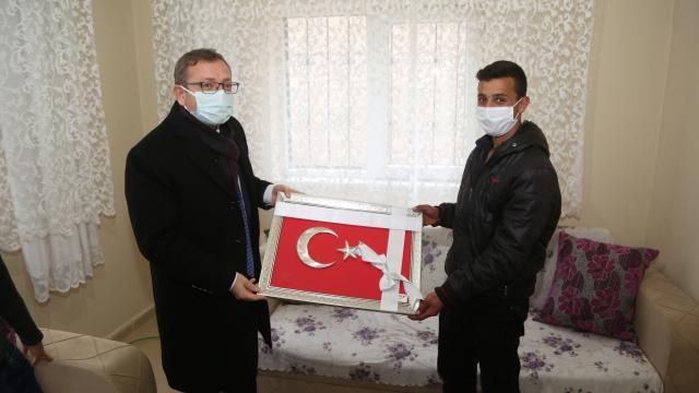 Yozgat Valisi Polat, okul duvarında katlanan Türk bayrağını düzelten öğrencilere bayrak hediye etti