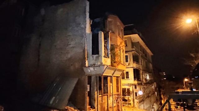 İstanbulda iki katlı metruk binada çökme tehlikesi