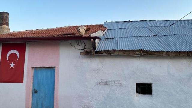 Aşıdan korkup kaçan dana çatıya sıkıştı