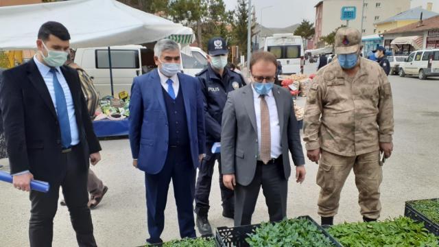 Ulaş Kaymakamı Nayman ve Belediye Başkanı İlbey, semt pazarında Kovid-19 tedbirlerini denetledi