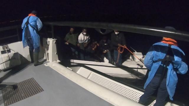 İzmir açıklarında 137 kaçak göçmen kurtarıldı