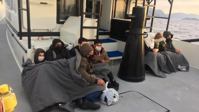 Muğla açıklarında Türk kara sularına itilen 8 düzensiz göçmen kurtarıldı