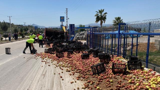 Mersinde elma yüklü kamyon devrildi: 2 yaralı