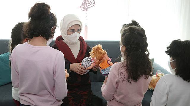 Emine Erdoğandan sevgi evindeki çocuklara ziyaret