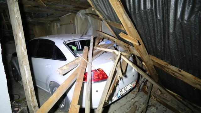 Erzurum ve Ardahanda şiddetli rüzgar evlerin çatılarını uçurdu