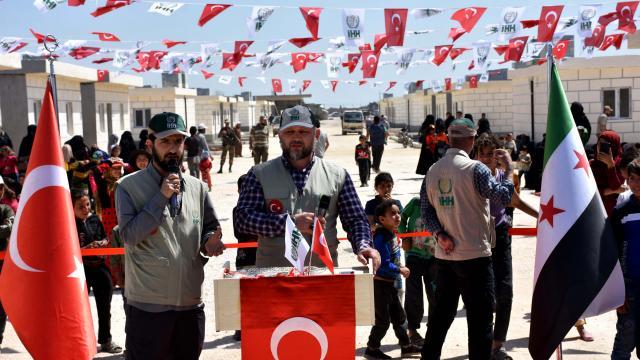 """İHH, Suriyede """"15 Ramazan Dünya Yetimler Günü""""nde 144 aileyi briket evlere yerleştirdi"""