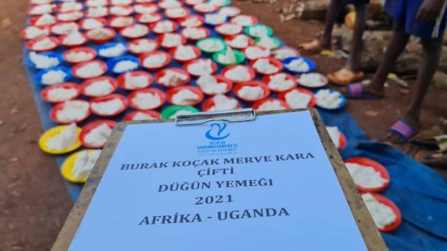 Amasyalı çift düğün yemeklerini Ugandada ihtiyaç sahiplerine verdi