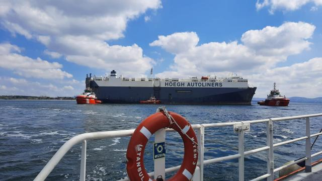 Tuzlada karaya oturan gemi yüzdürüldü